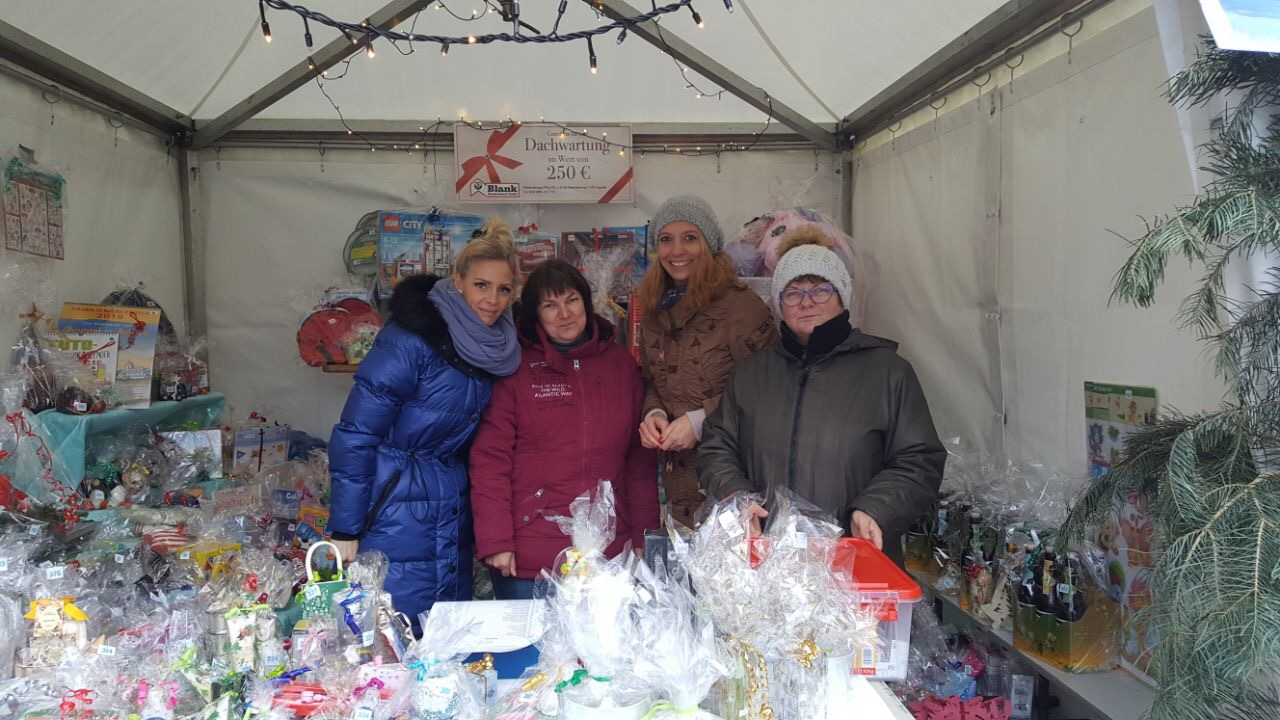Erzieher der Kita Schwielowsee am Steppke Tombolastand auf dem Caputher Weihnachtsmarkt 2017