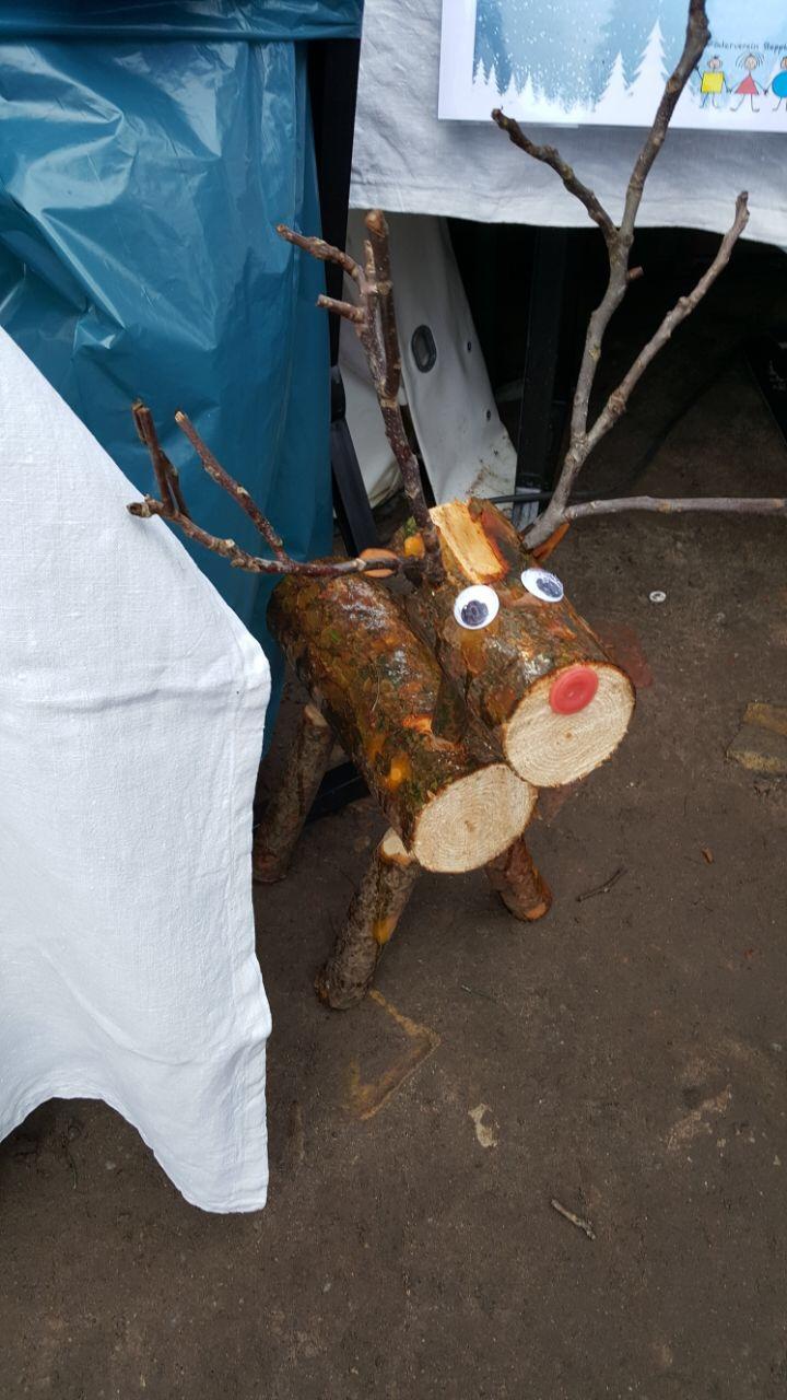 Ein kleiner Besucher am Tombolastand des Steppke e.V.s auf dem Caputher Weihnachtsmarkt 2017